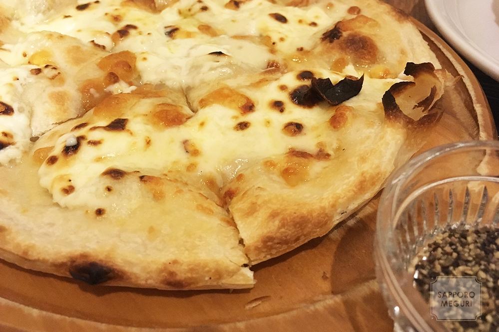 金のオーブンのチーズたっぷりピザ