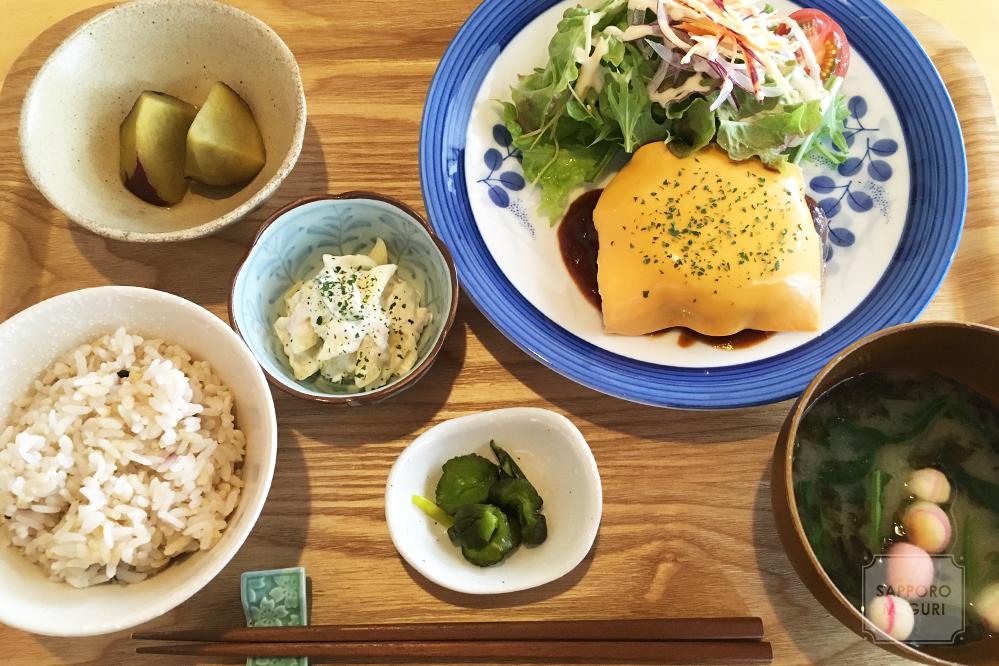 カフェ日和の本日の気まぐれデミチーズハンバーグ定食