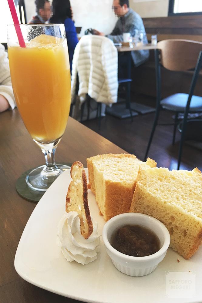 カフェ自休自足六軒村店のシフォンケーキとオレンジジュース