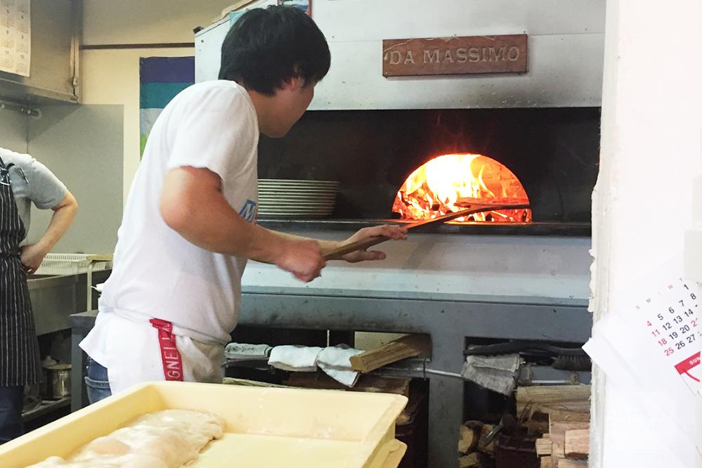ピッツェリアダマッシモのカウンターから見える薪釜
